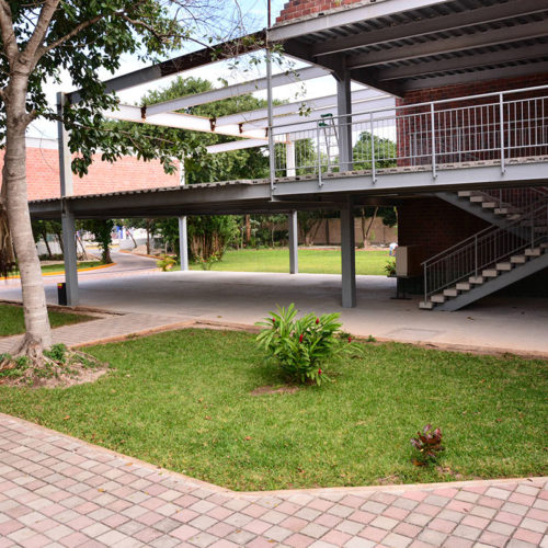 Patio Lateral Colegio Lowry School Cancún