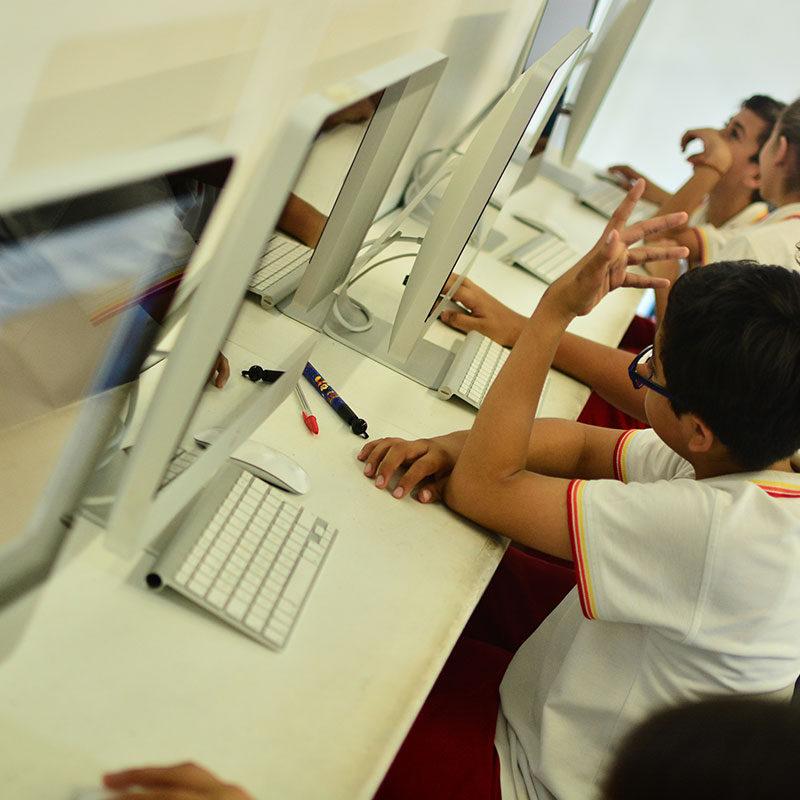 Laboratorio con computadoras iMac