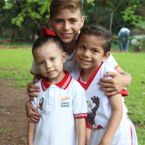 Niños del colegio Lowry en patio